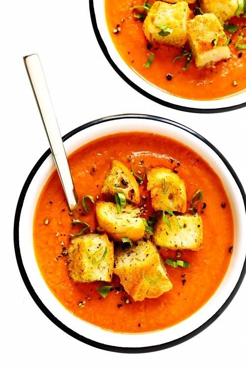 Polévka Gazpacho s opečenými krutony a bylinkami.
