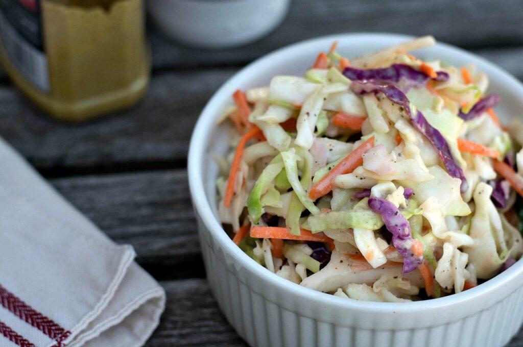 jogurtový coleslaw v misce