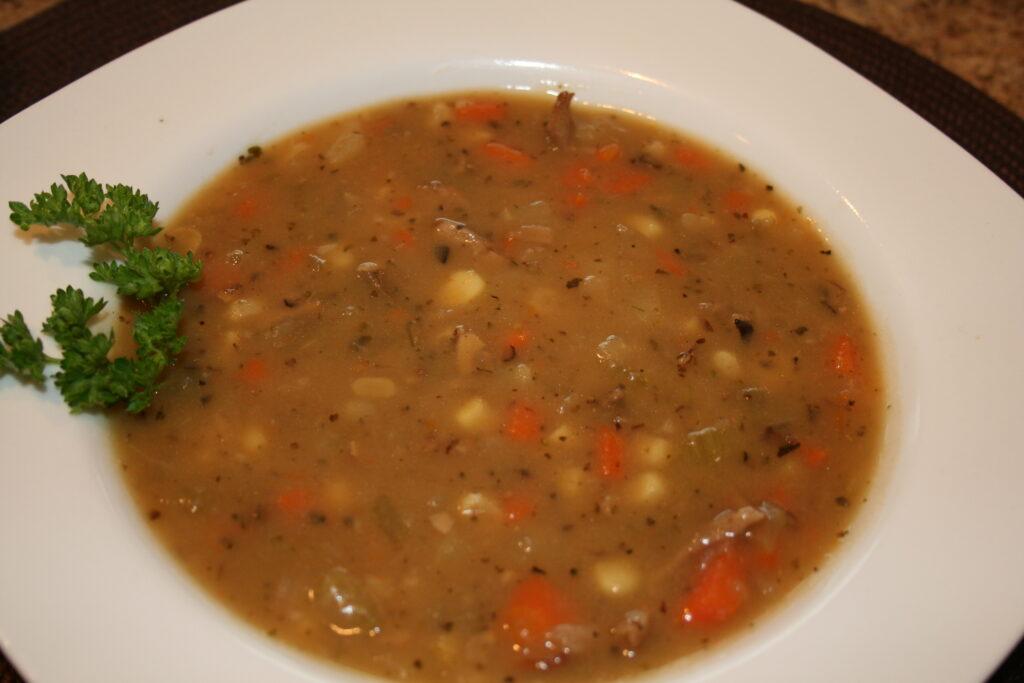 Bramborová polévka bez hub se zeleninou.