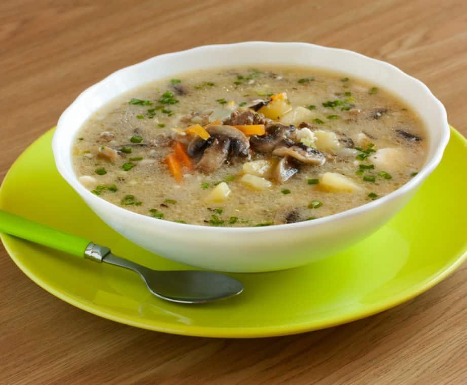 Poctivá polévka z brambor s uzeným masem a zeleninou.