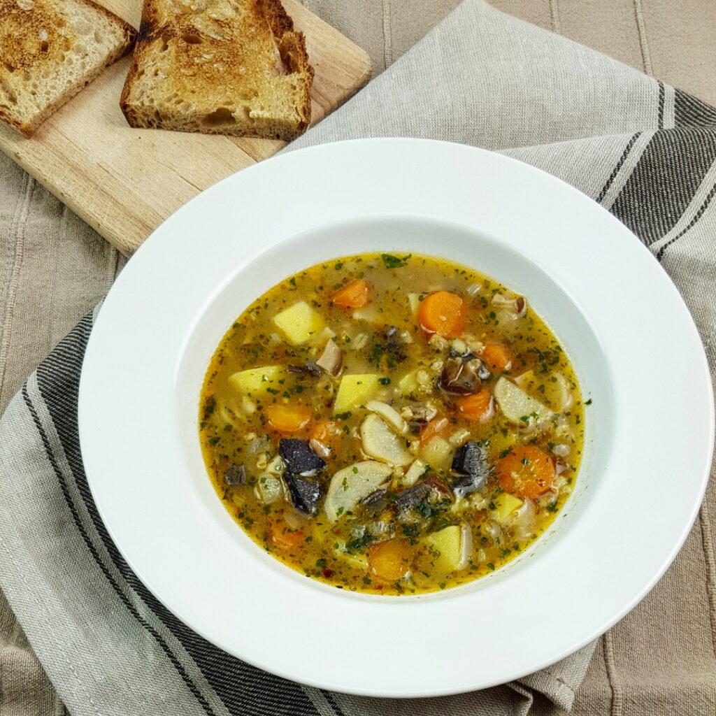 Bramborová polévka z čerstvých hub ze Šumavy.