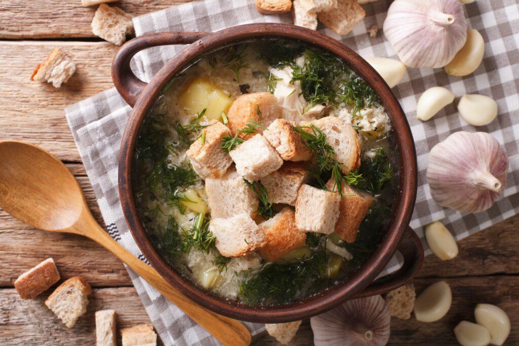 Recept na česnekačku s bramborem a krutony.