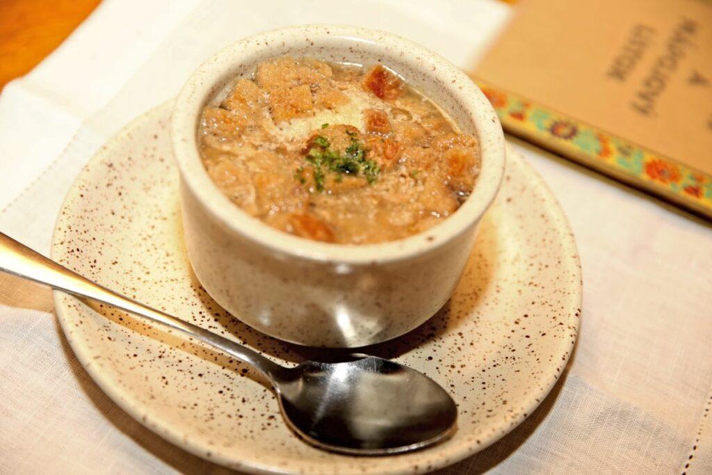 Jednoduchá česneková polévka s vajíčkem a bramborem.