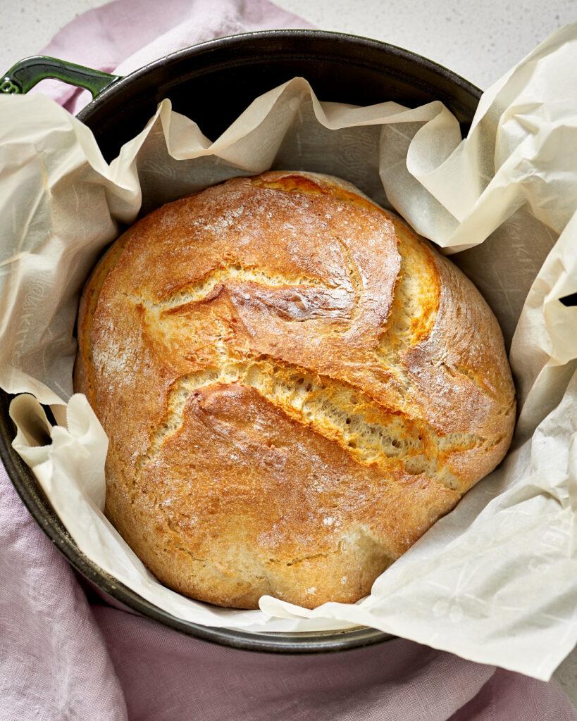 Křupavý nehnětený chléb z kvasnic.