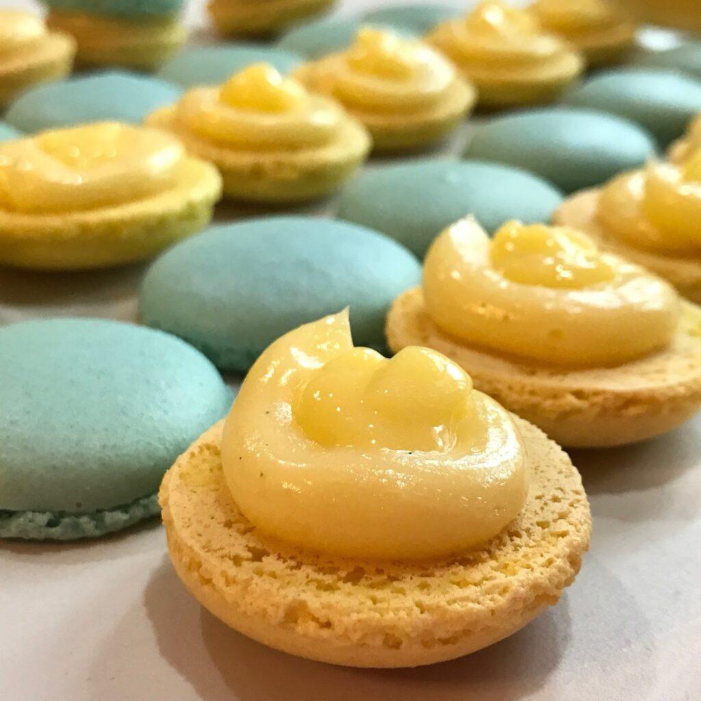 Makronkové skořápky se žlutým krémem a modré nenaplněné sušenky