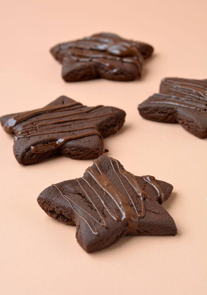 Hotové cukroví s polevou z čokolády.