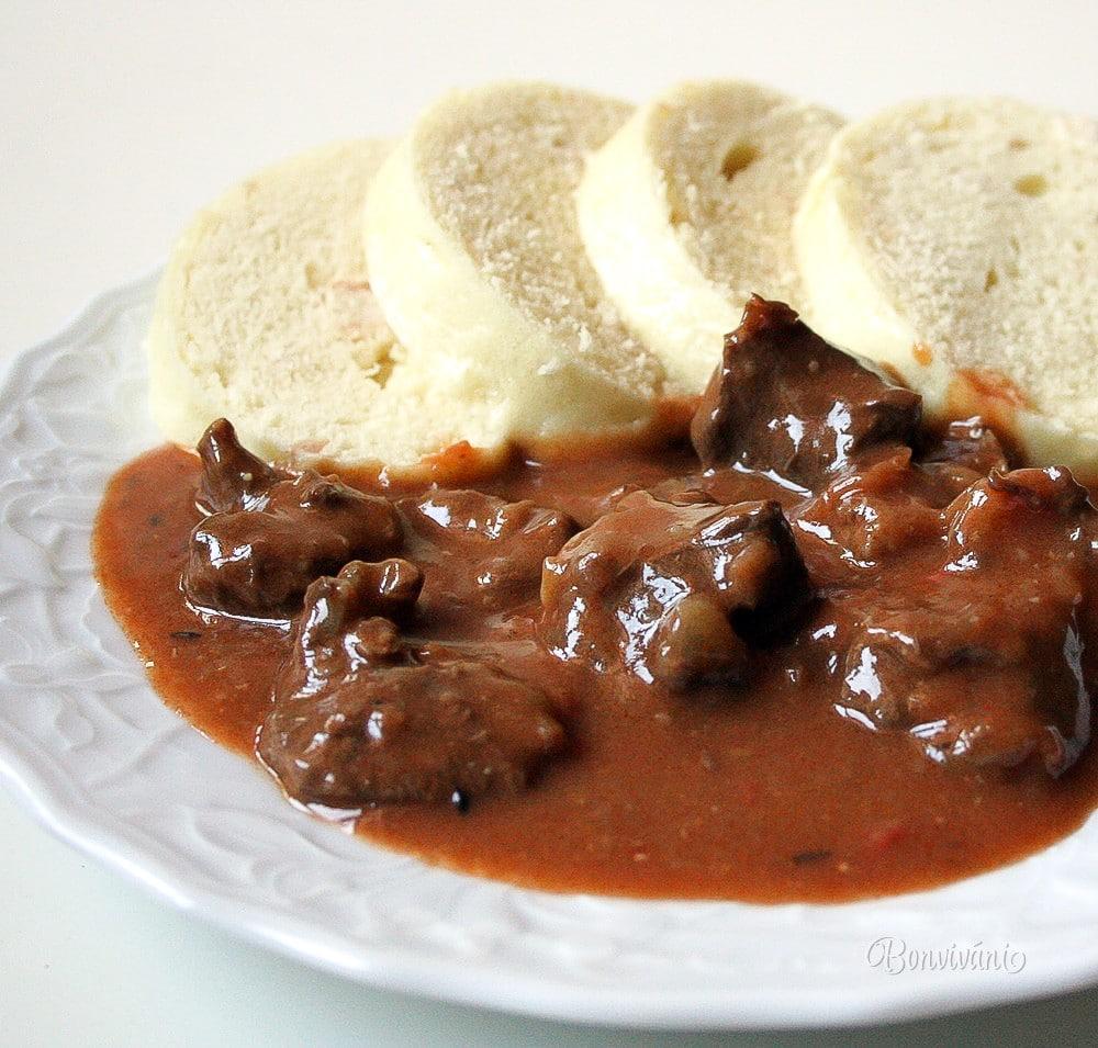 Guláš z hovězího masa s maďarskou recepturou.