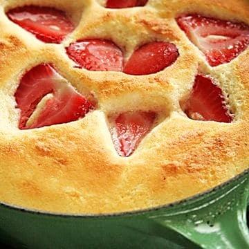 Jahodová bublanina s kousky jahod.