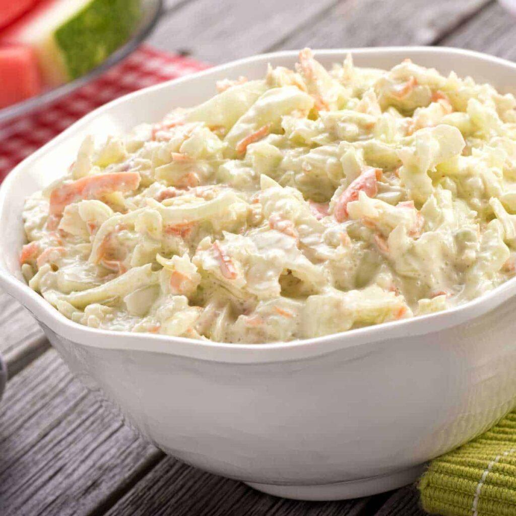 Salát z kapřího masa a majonézy.