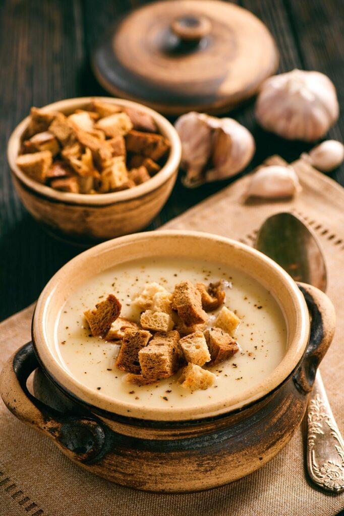 Recept na krémovou česnečku z pečeného česneku.