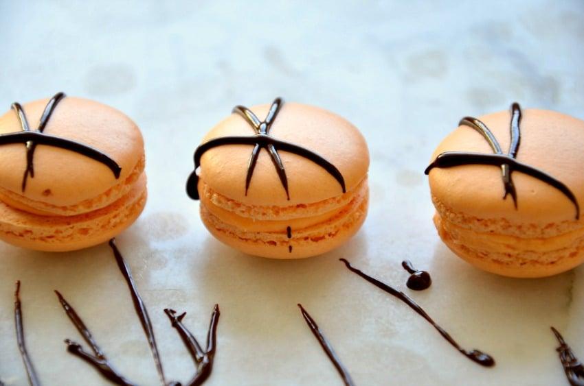 Mangové makronky ozdobené čokoládou
