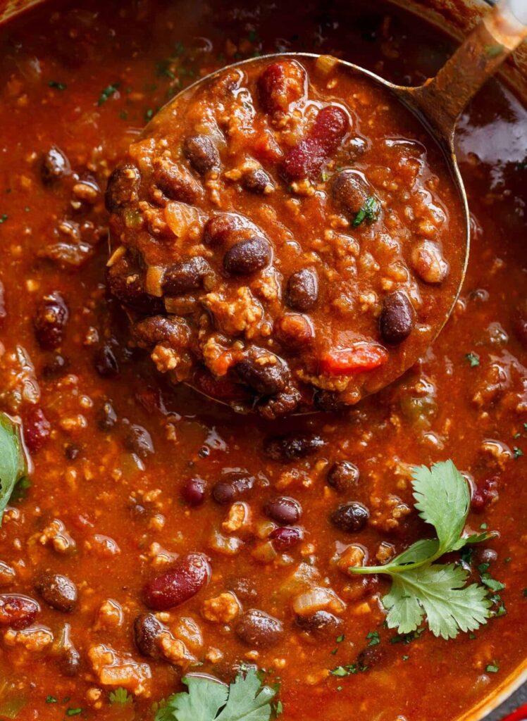 Recept na gulášovou omáčku na mexický způsob s fazolemi.