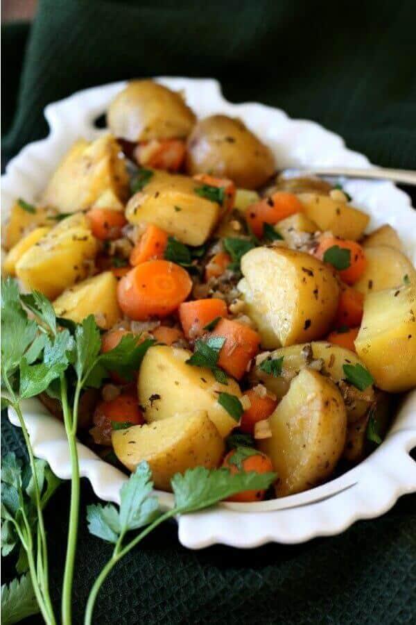 porce mrkve a brambor připravené k podávání