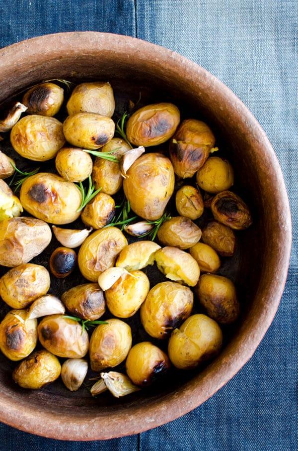 opečené baby brambory s česnekem
