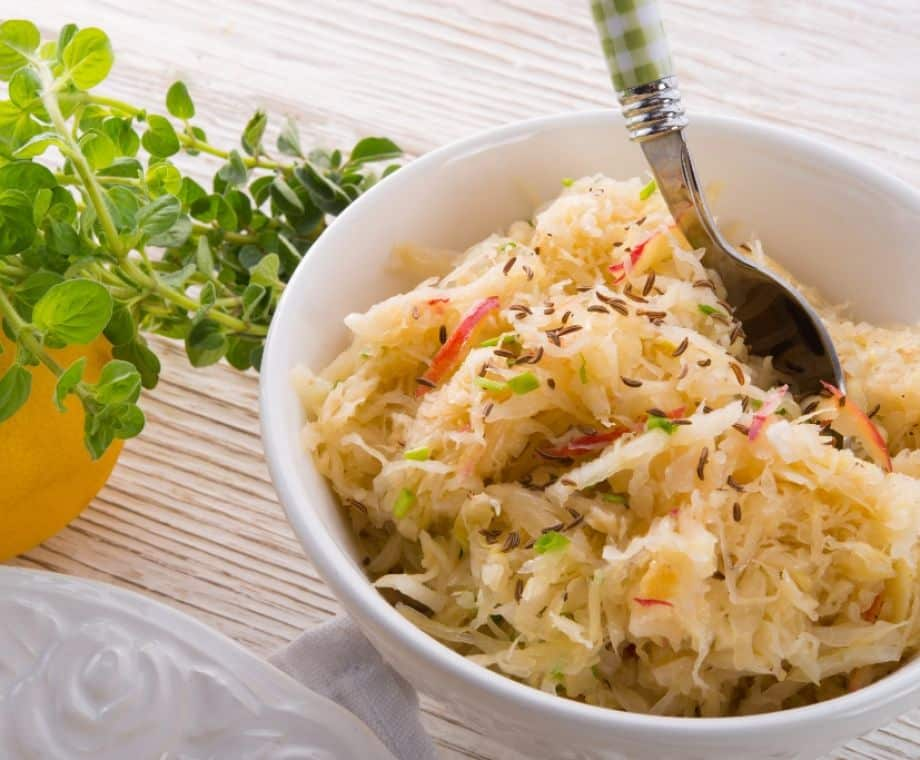 Recept na salát s kysaným zelím a mandarinkou.