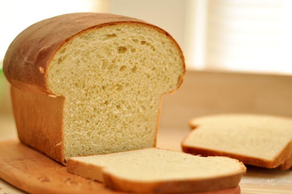 Recept na domácí bílý máslový chleba.