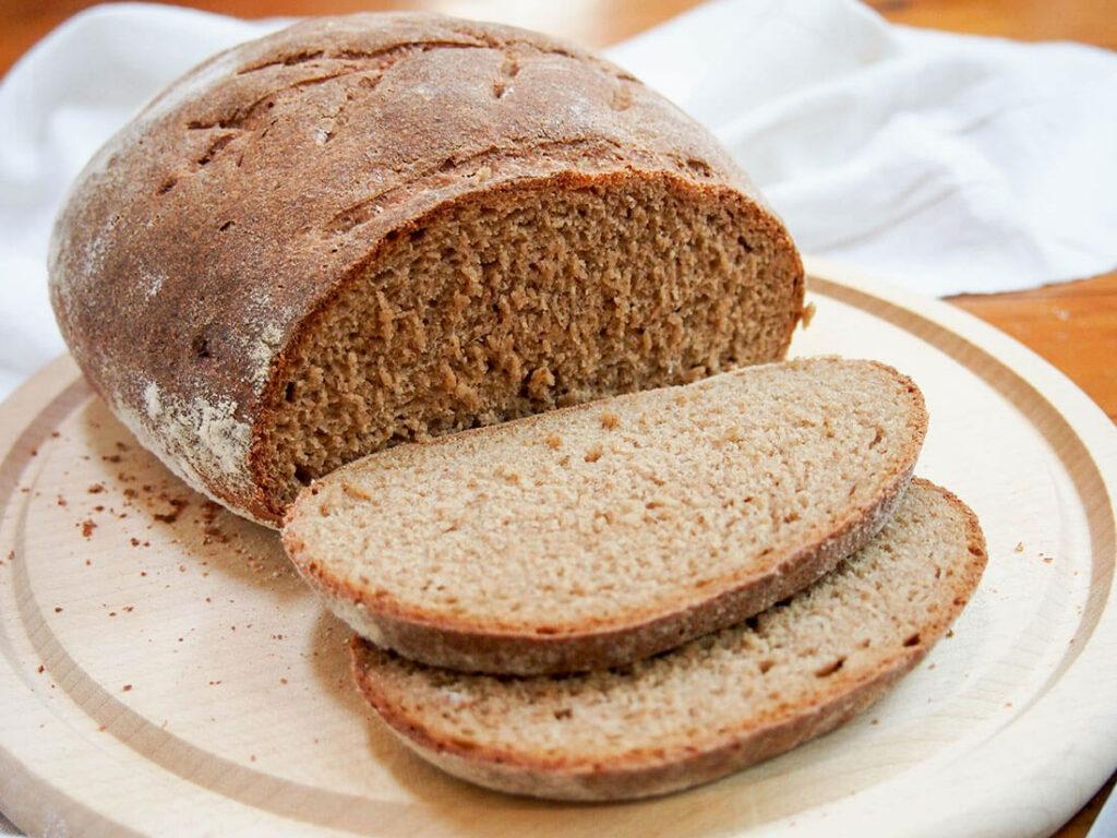 Chléb podomácku z žitné mouky.