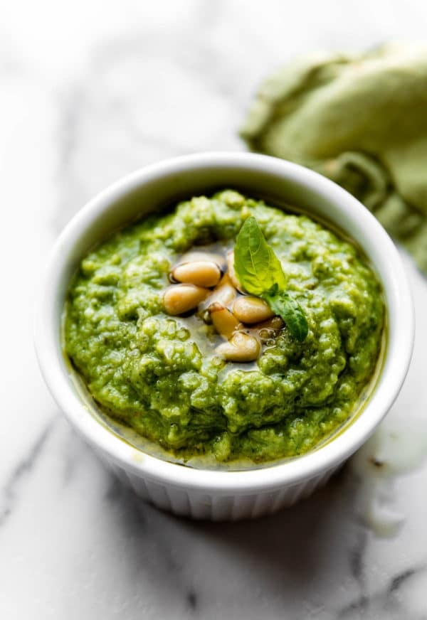 Zelené bazalkové pesto s piniovými oříšky v bílé misce