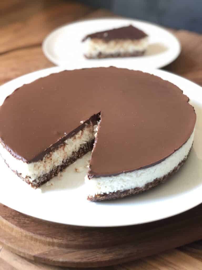 Nakrojený kokosový dort s čokoládovou polevou