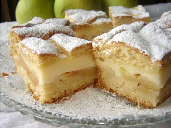 Buchta s jablky, sladkým pudinkem a posypaná cukrem.