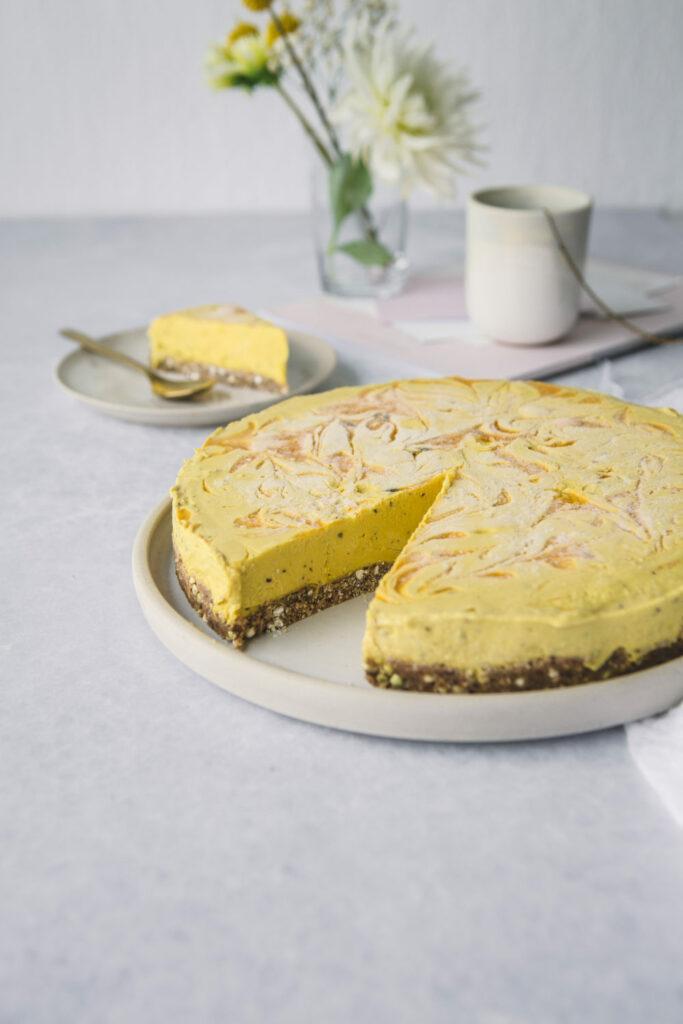 Nakrojený žlutý mangový dezert s ořechovo-datlovým korpusem