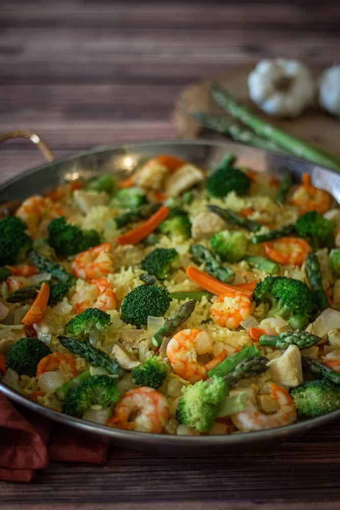 Paella s krevetami, brokolicí, mrkví a chřestem