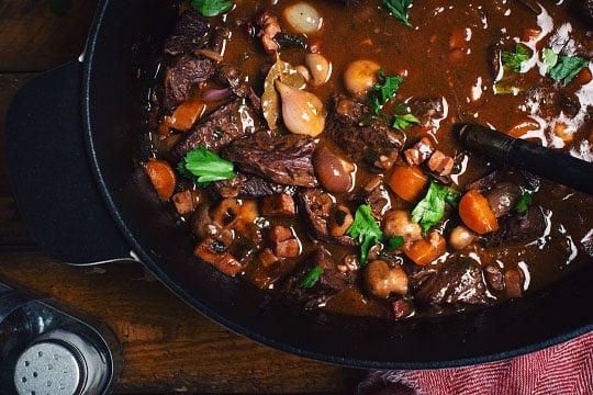 Hovězí flank steak po burgundsku
