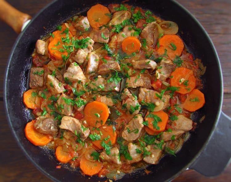 Vepřové maso s dušenou mrkví a rajčaty na pánvi