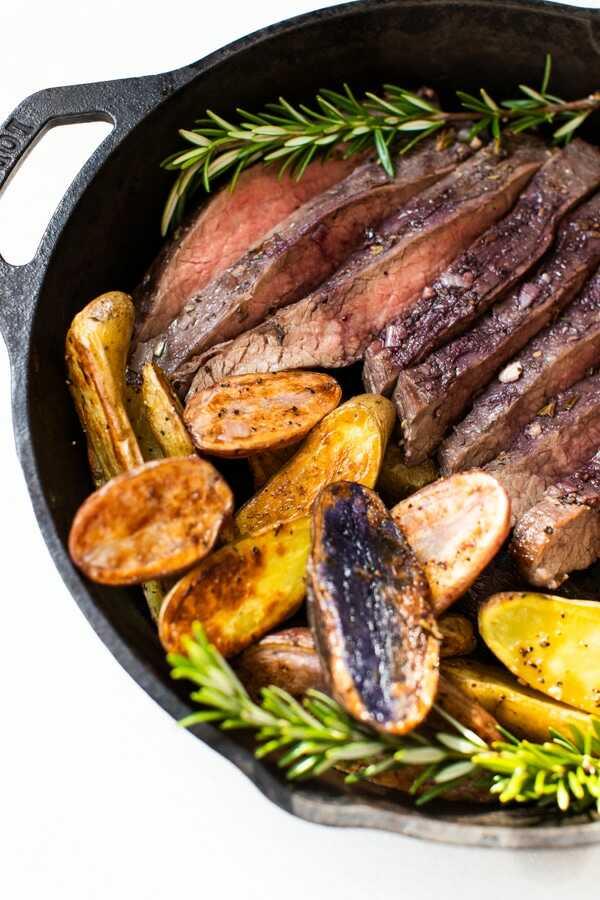 Pečený hovězí flank steak na víně s tymiánem a bramborami