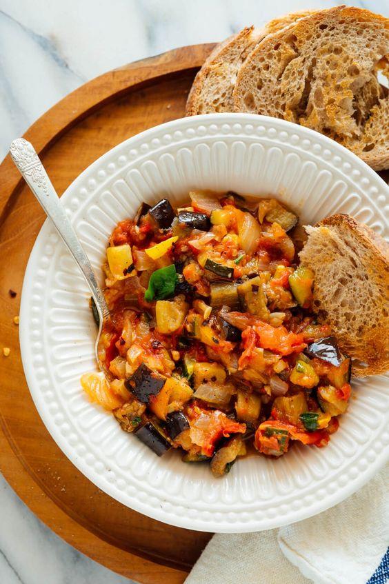 Tradiční zeleninové ratatolha s chlebem