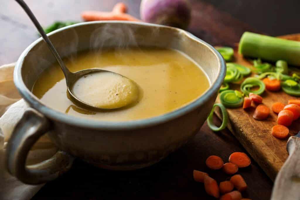 Zimní zeleninová polévka s brukví, bramborami, mrkví a pórkem.