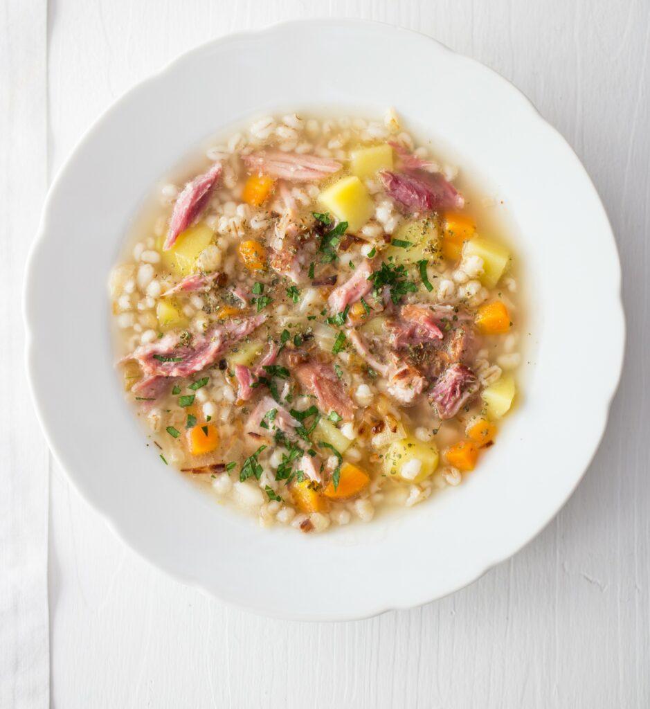 polévka s kroupami se zeleninou a uzeným masem