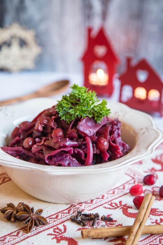Pomalu vařené zelí s brusinkami a kořením v bílém hlubokém talíři