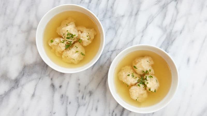 Kvasnicové polévkové knedlíčky ve vývaru ve dvou talířích