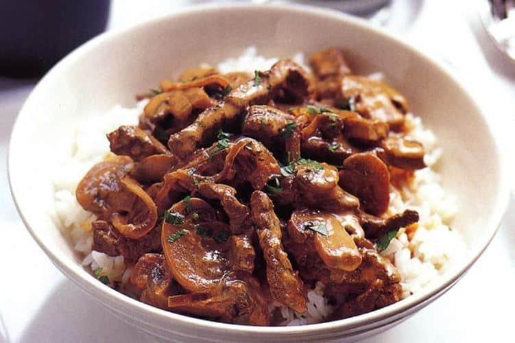 Směs hovězího masa, žampionů a rýže zdoběná petrželkou