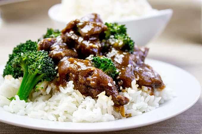 Pokrm z hovězího masa připravovaného na česneku a zázvoru s rýží