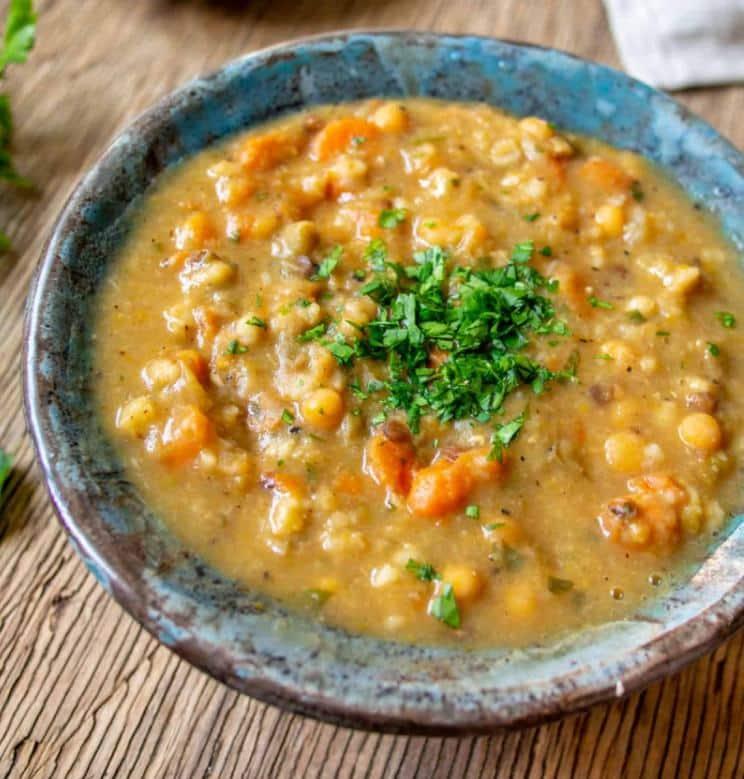 Luštěninová polévka zdobená čerstvou petrželkou