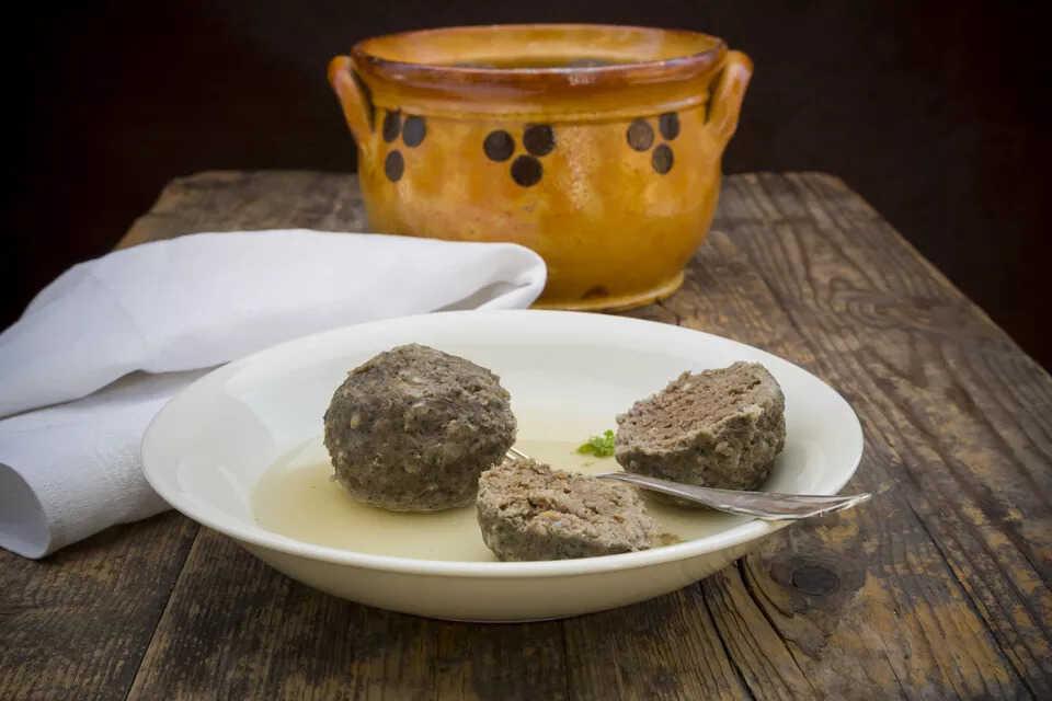 Játrové polévkové knedlíčky na talíři a hrneček
