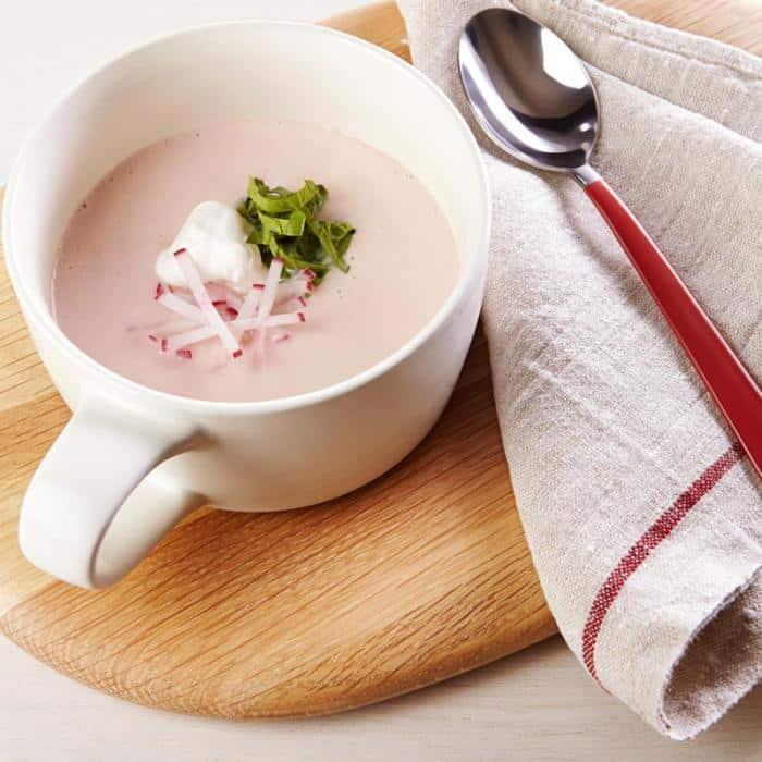 Krémová ředkvičková polévka se zakysanou smetanou a petrželkou