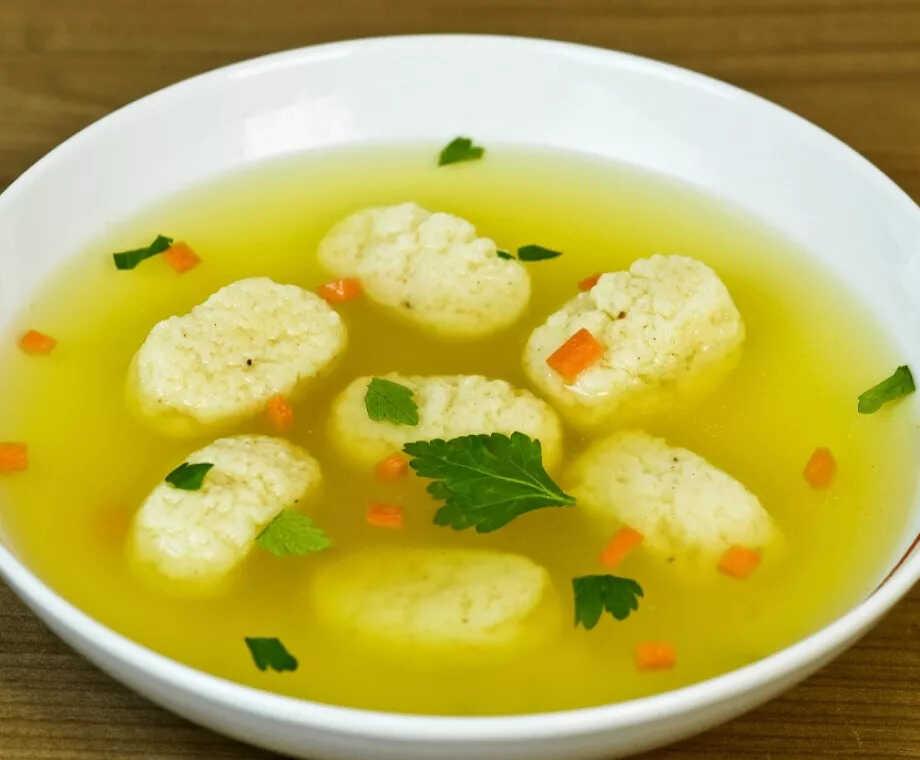 Krupicové polévkové knedlíčky ve vývaru v hlubokém talíři