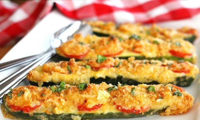 Cuketové lodičky plněné rajčaty a sýrem