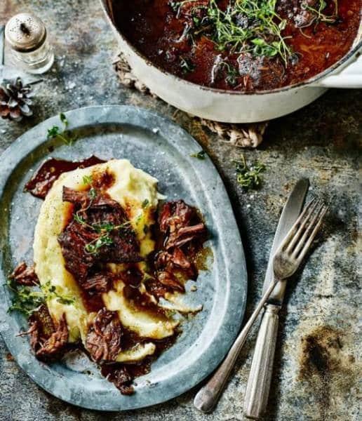 Pochoutka z hovězího maso připravená na červeném víně servírovaná s bramborovou kaší