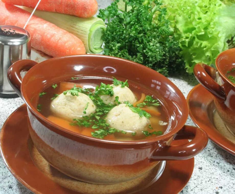 Morkové polévkové knedlíčky ve vývaru v hrnci