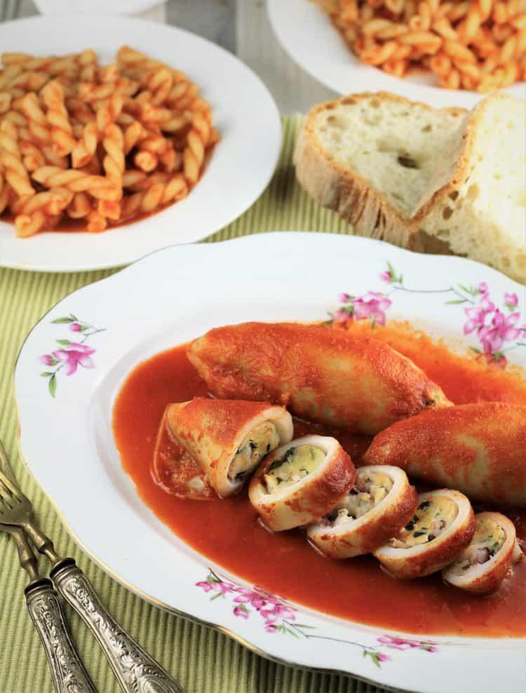 Plněné olihně v rajčatové omáčce na talíři