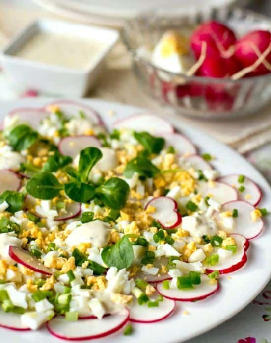 Způsob servírování ředkvičkového salátu s vajíčkem