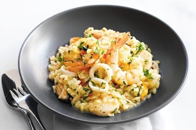 Pokrm z rýže a darů moře