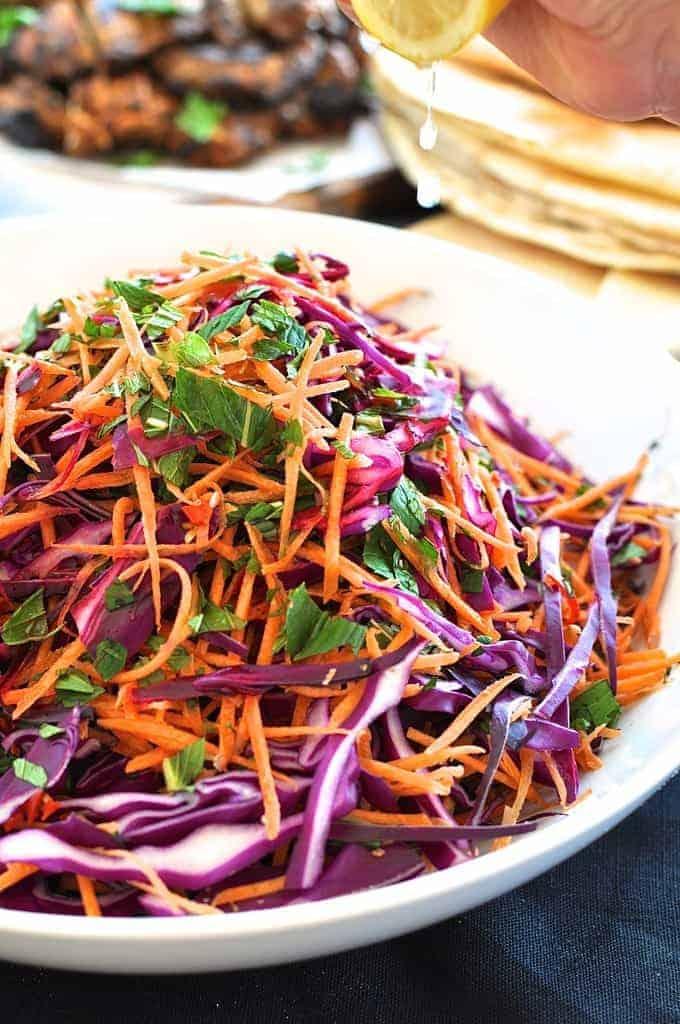 Zelný salát s mrkví a mátou na bílém talíři