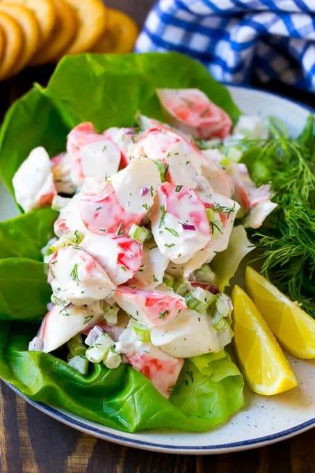 Salát s krabími tyčinkami a zeleninou