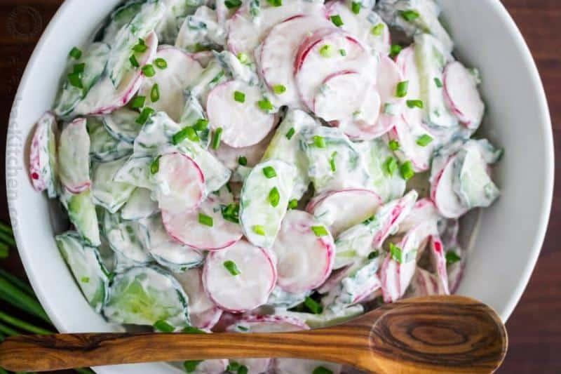 Salát z ředkviček, okurky a zakysané smetany