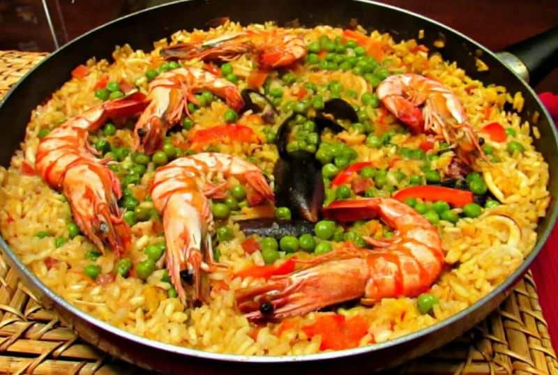 Španělský pokrm z rýže, mušlí, krevet a hrášku